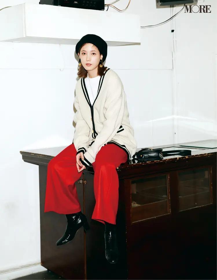【ショートブーツコーデ】赤のパンツ×黒ブーツ×帽子でヴィンテージライクに