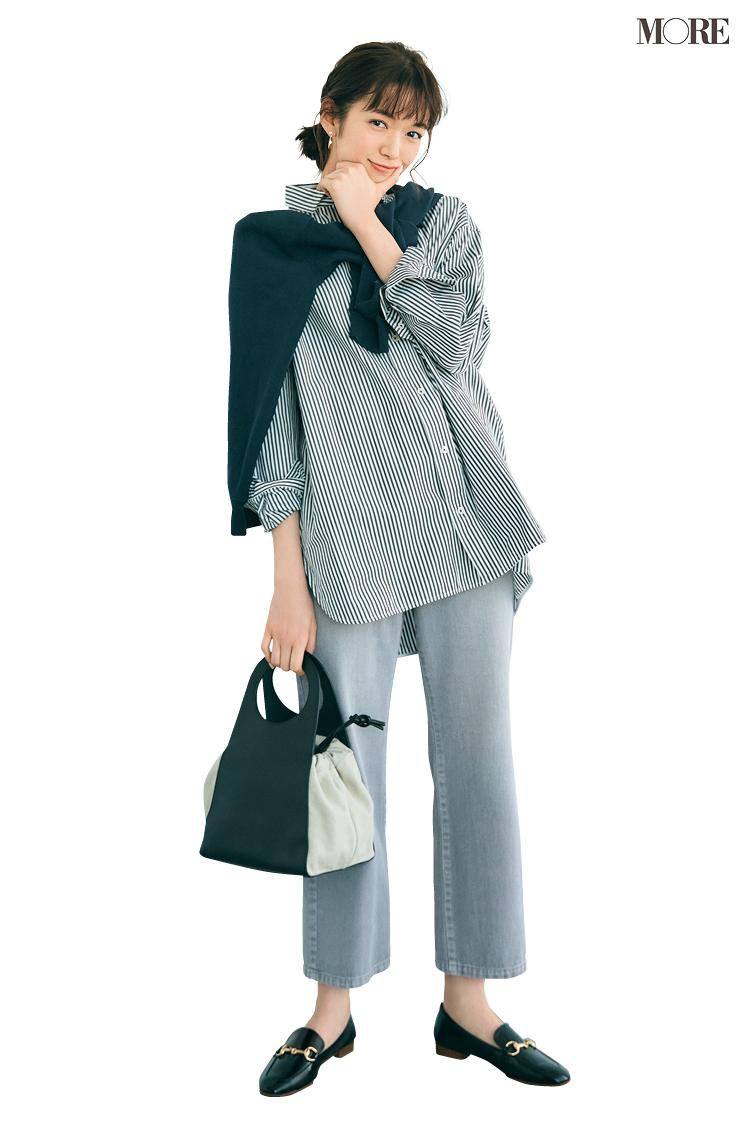 上品なパープル色のデニムを履いた佐藤栞里