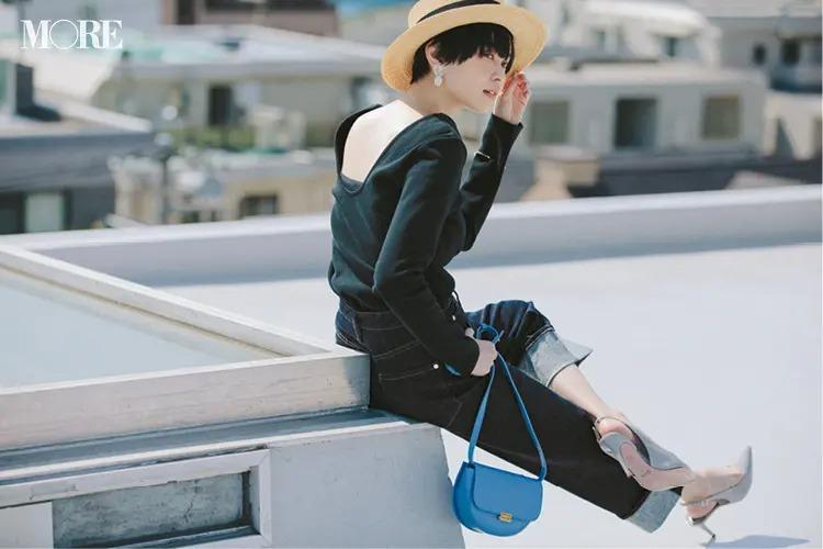 【帽子コーデ】麦わら帽子×黒トップス×ワイドデニム
