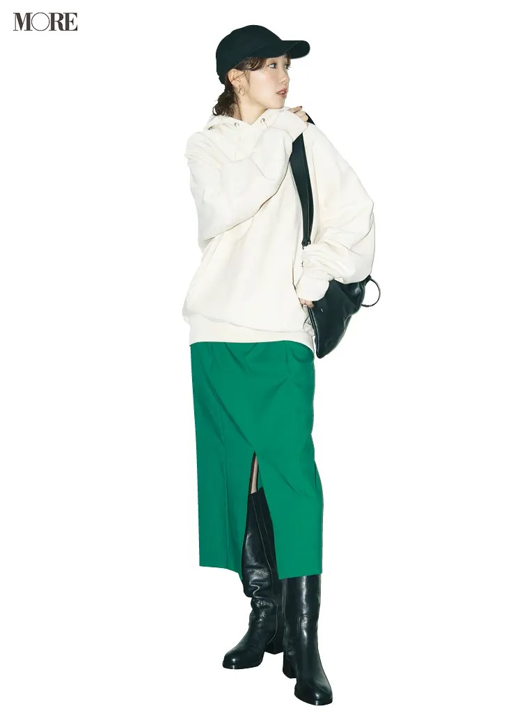 スカートとロングブーツのコーデ【6】白パーカ×グリーンのタイトスカート×黒ロングブーツ