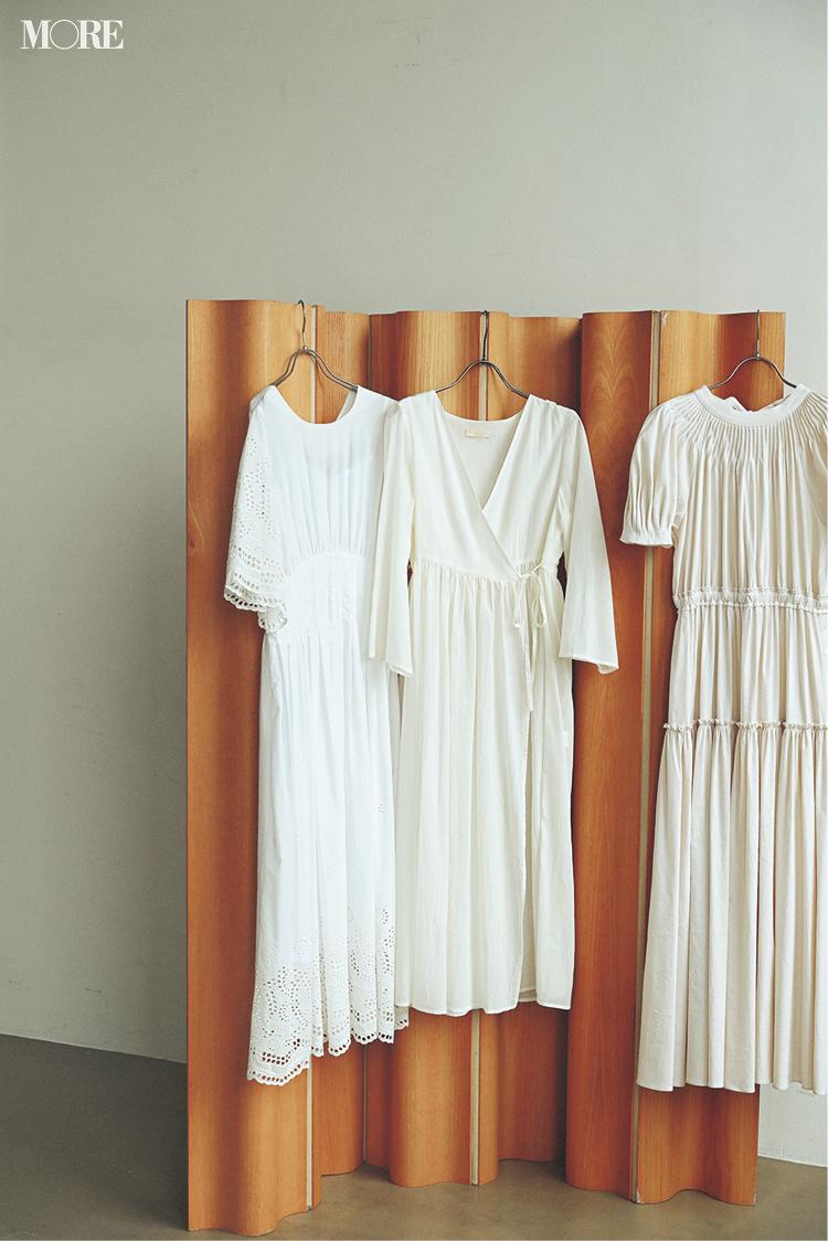 気持ちが開放される白い服。今夏の狙い目はフォトTとワンピースだ!_2