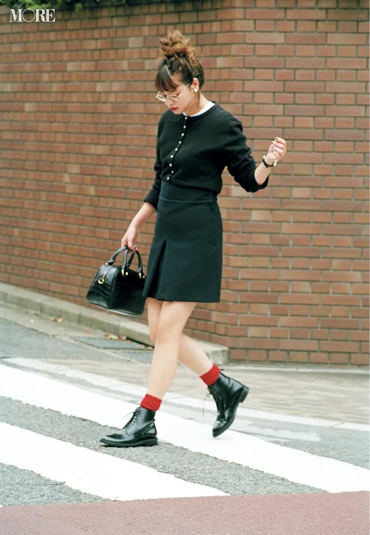 赤い靴下を取り入れたフレンチカジュアルコーデ