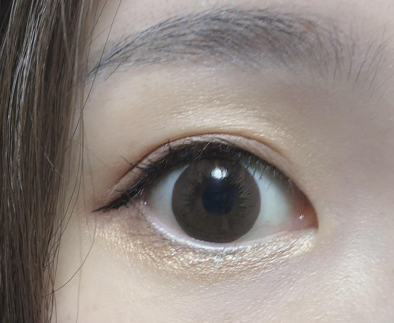 アイシャドウを塗った開いた目