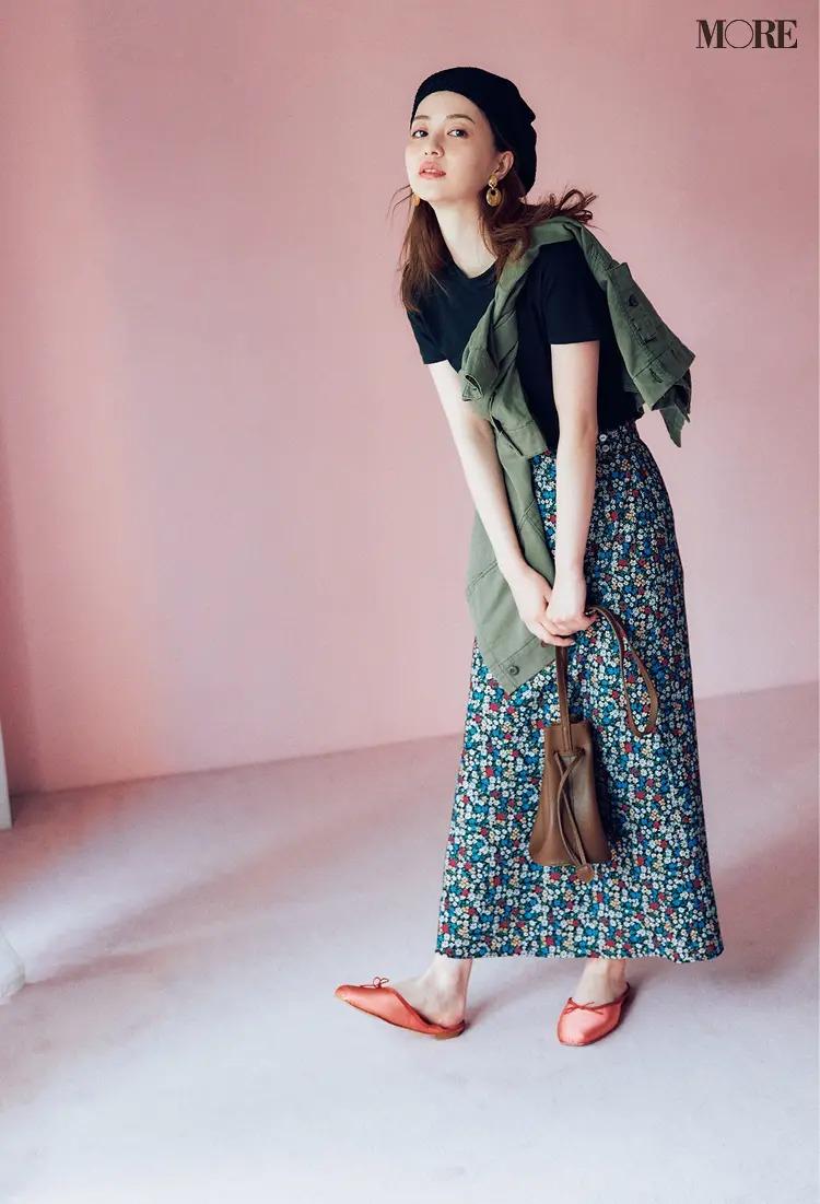 【レディースTシャツコーデ】黒Tシャツ×花柄スカートのコーデ