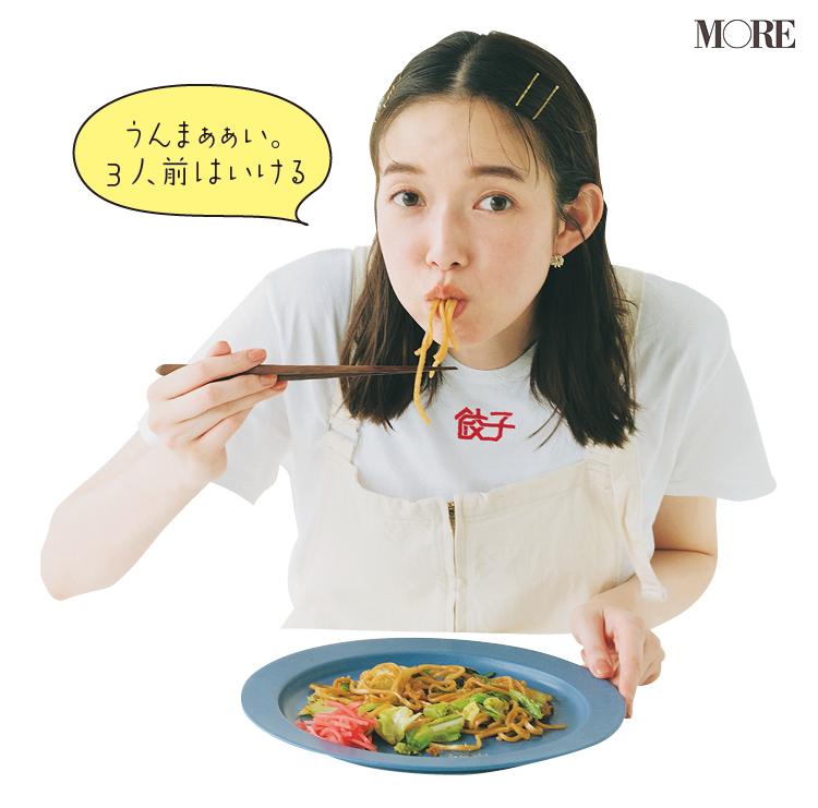 佐藤栞里が静岡県のおすすめお取り寄せグルメ「曽我めん」の富士宮やきそばを食べている様子