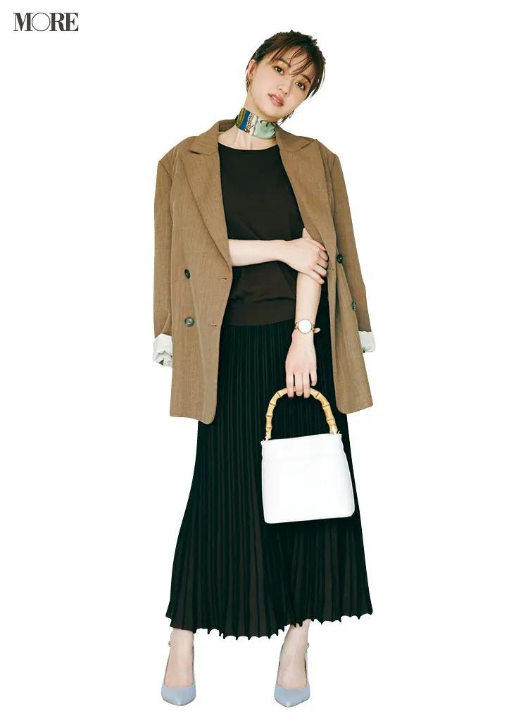【ジャケットコーデ】黒プリーツスカート×ベージュジャケット