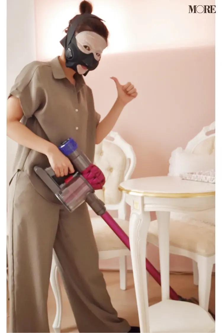 美容家電を装着しながら部屋の掃除をする立花ゆうりさん