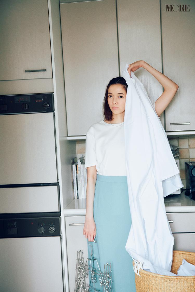 白Tシャツ×水色スカートコーデの佐藤栞里