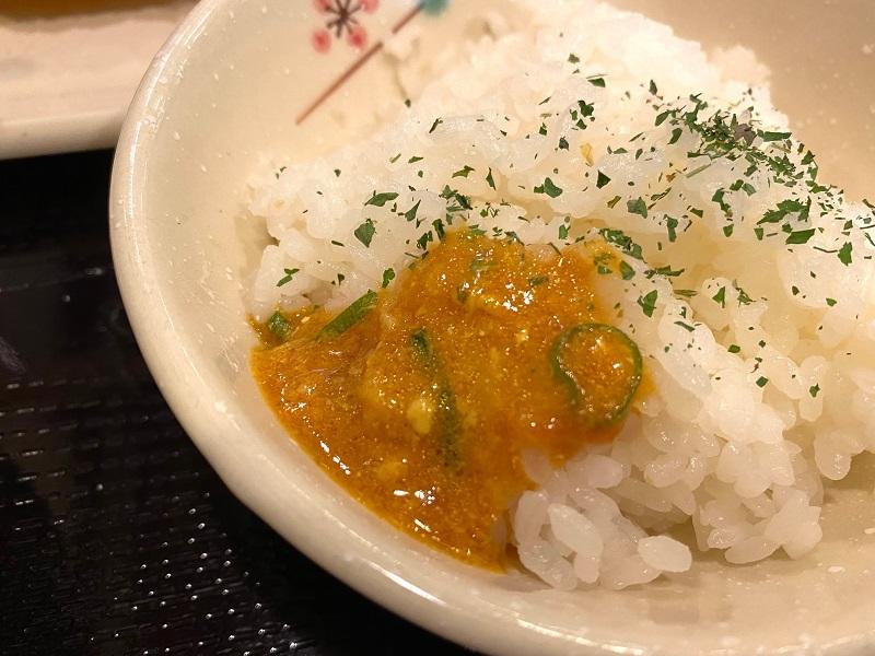 【丸亀製麺】TOKIO・松岡昌宏さんと共同開発した「トマたまカレーうどん」についてくる「ひと口ごはん」