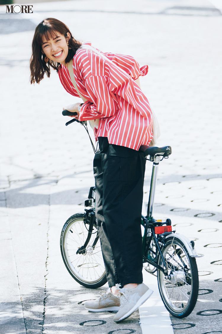 【今日のコーデ】アシックスのスニーカーに自転車、シャツコーデの佐藤栞里