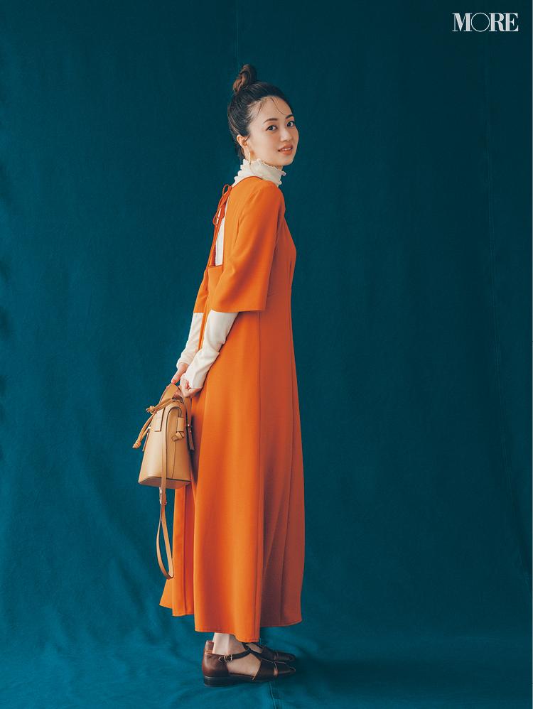 【2021秋コーデ】オレンジのワンピース×ハイネックのトップス×サンダルのコーデ