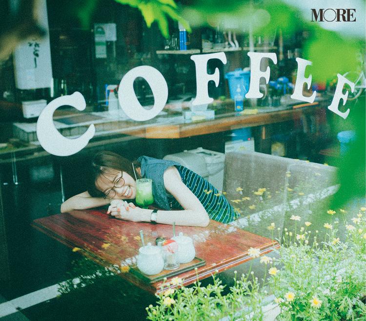 メガネをかけて喫茶店でクリームソーダを飲む佐藤栞里
