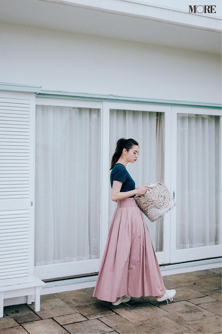 ネイビーT×ラベンダー色のスカートでメガネをかけた新川優愛