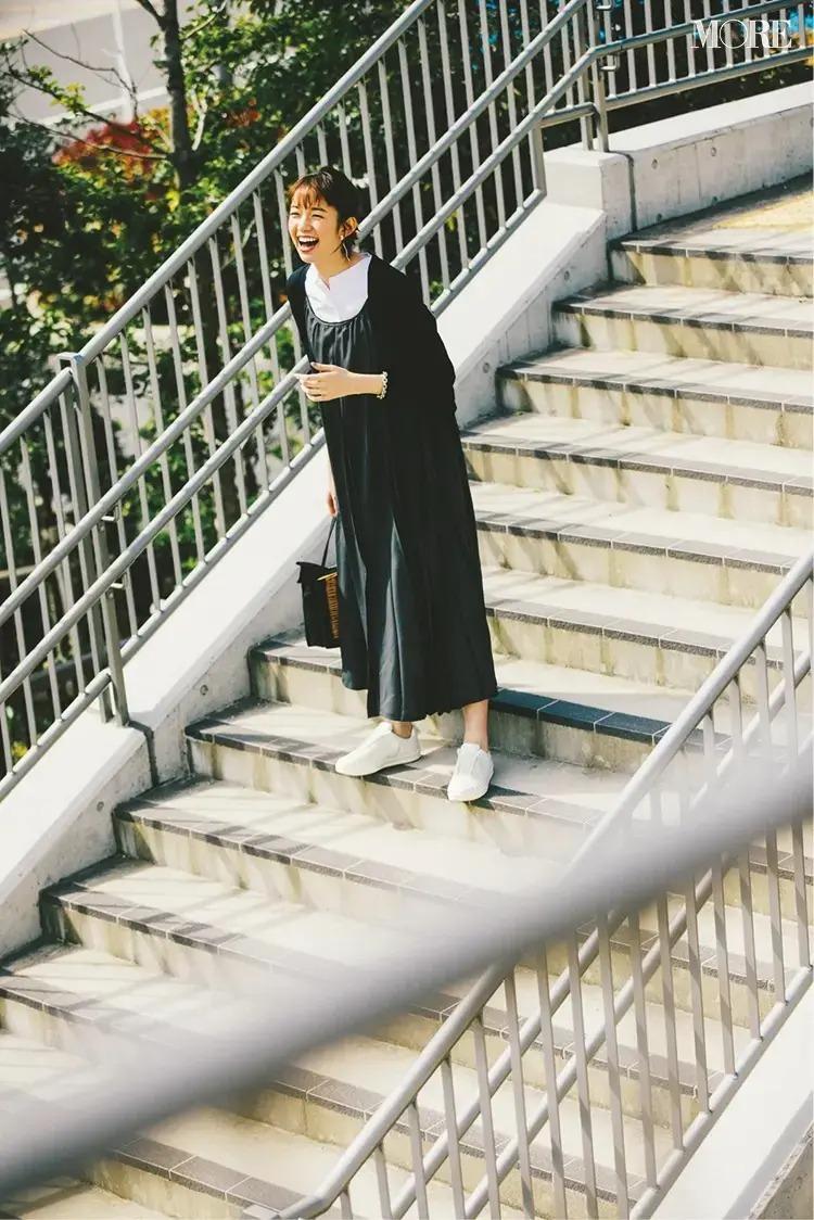 【春のスニーカーコーデ】黒ワンピース×黒カーディガン×白レザースニーカー