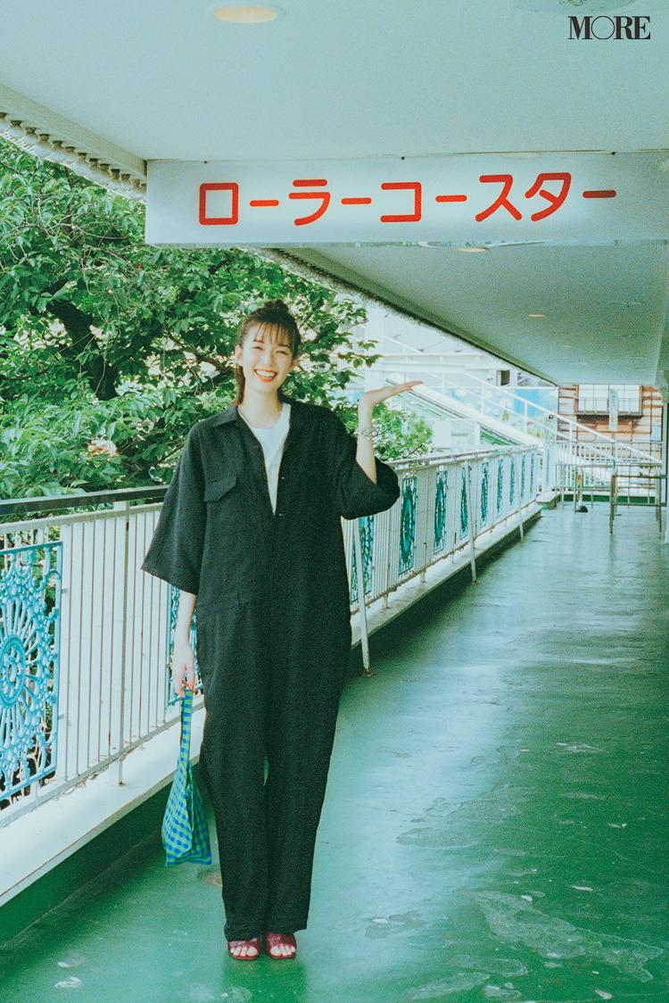 黒のジャンプスーツを着た佐藤栞里