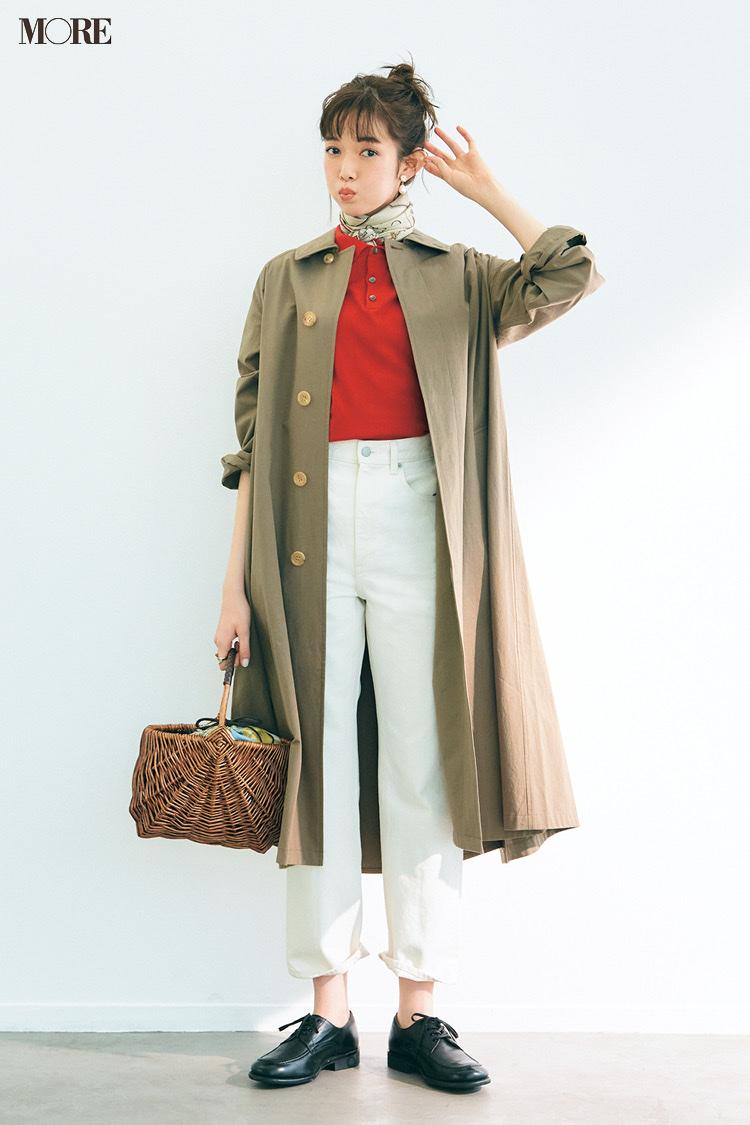 赤いポロシャツと白デニムにステンカラーコートをはおった佐藤栞里