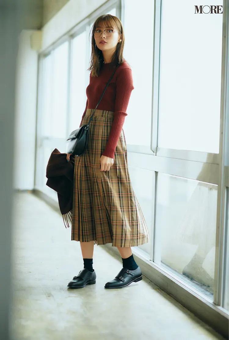 【秋冬おしゃれなメガネコーデ】1. チェック柄スカート×ブリックレッドのニット×メガネでトラッド感を極めて