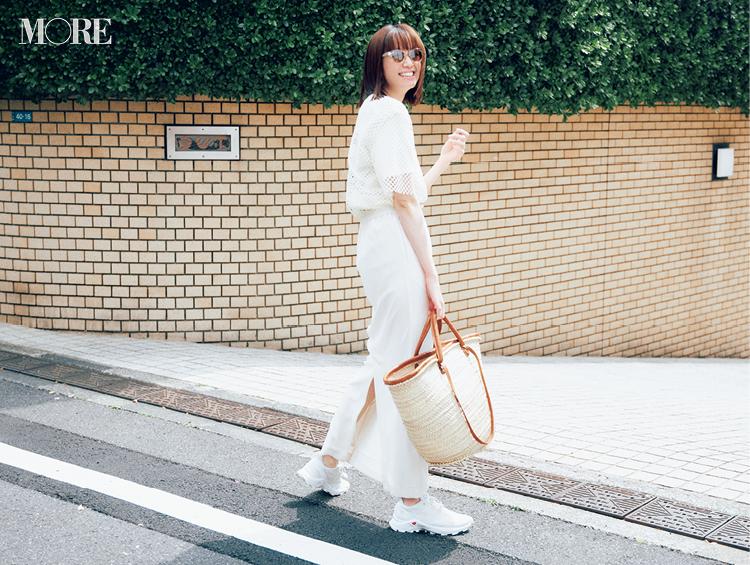 白メッシュT×白スカート×白スニーカーコーデでサングラスをかけた佐藤栞里