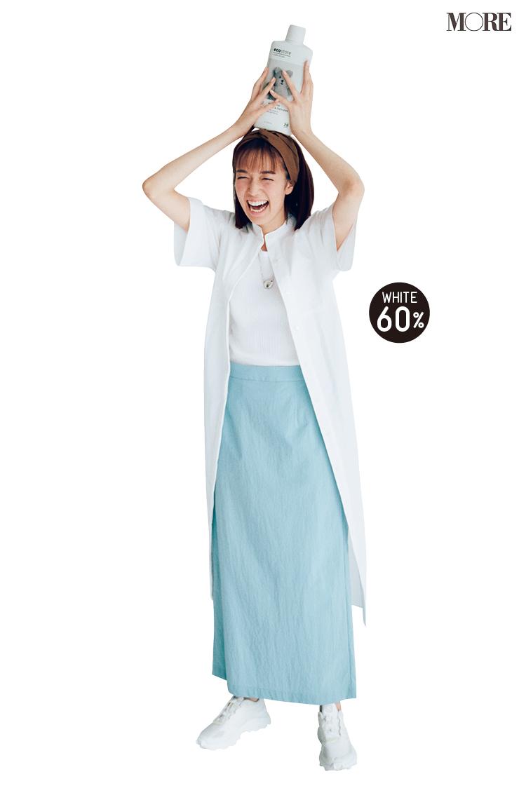 白シャツワンピース×水色ロングスカート×白スニーカーコーデの佐藤栞里