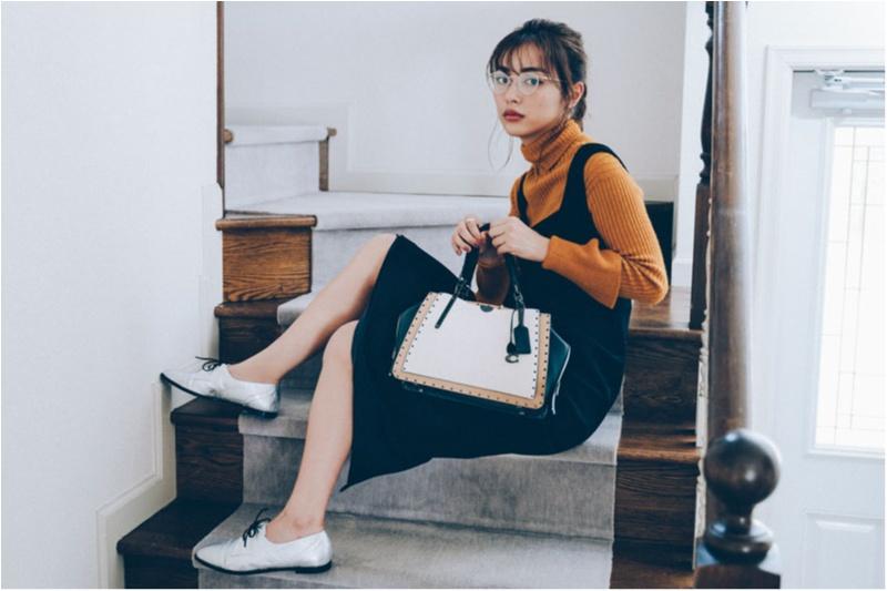 コーチの新作バッグを持つ内田理央