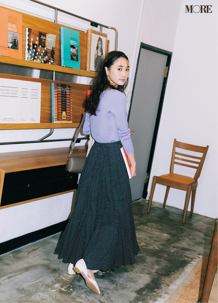 お仕事コーデにフレンチシックな華やぎが出るドット柄のスカート