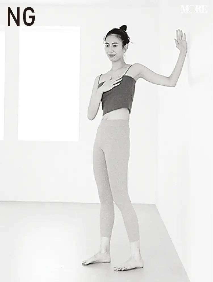 森拓郎ストレッチ法でNGとされる肩が上がった姿勢のモデル