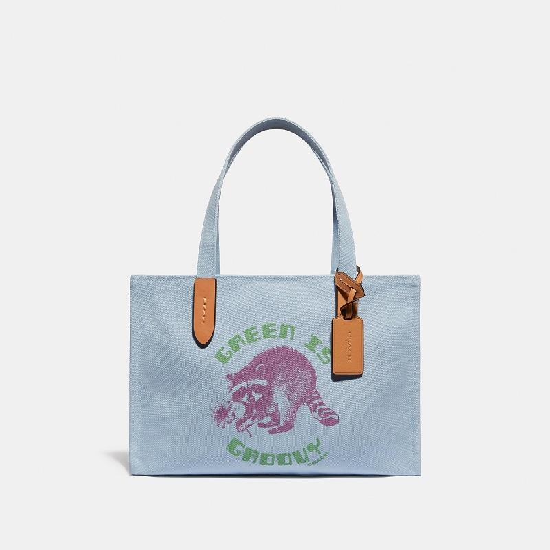 『COACH』新作コレクションのリサイクルペットボトル素材のバッグ