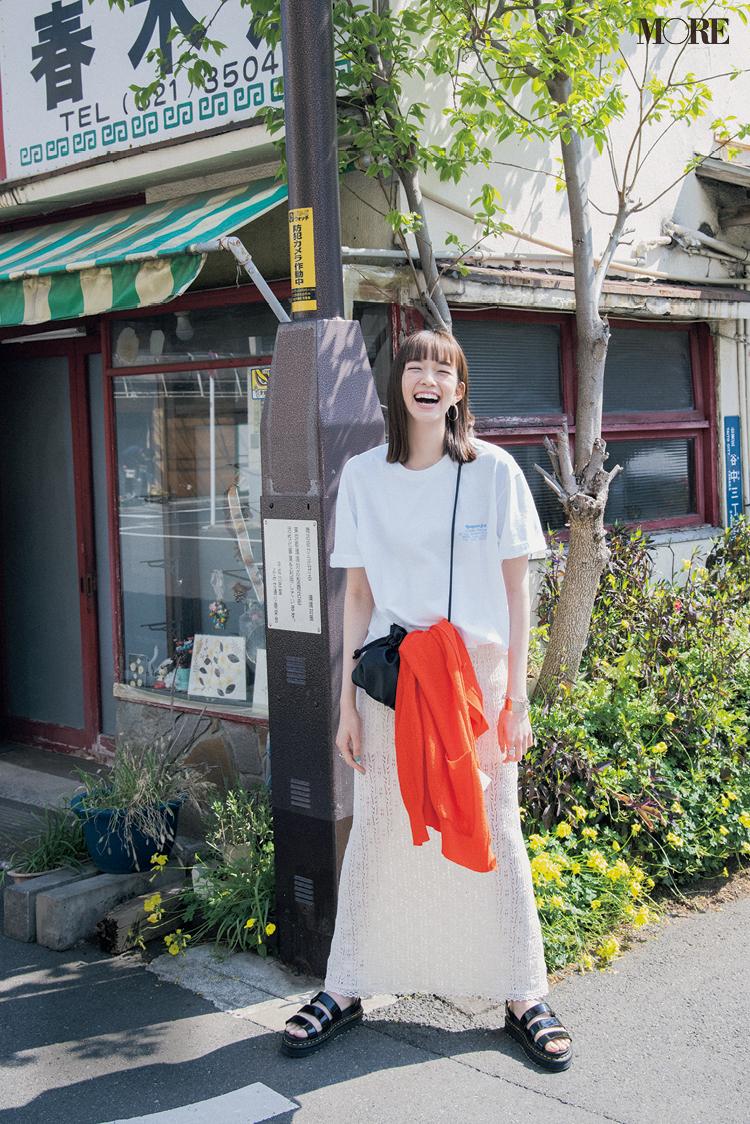 オーバーサイズTシャツをレーシーなスカートに合わせた佐藤栞里