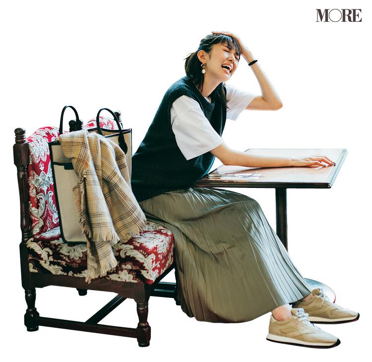Tシャツ×ベストのレイヤードにプリーツスカートを合わせた佐藤栞里
