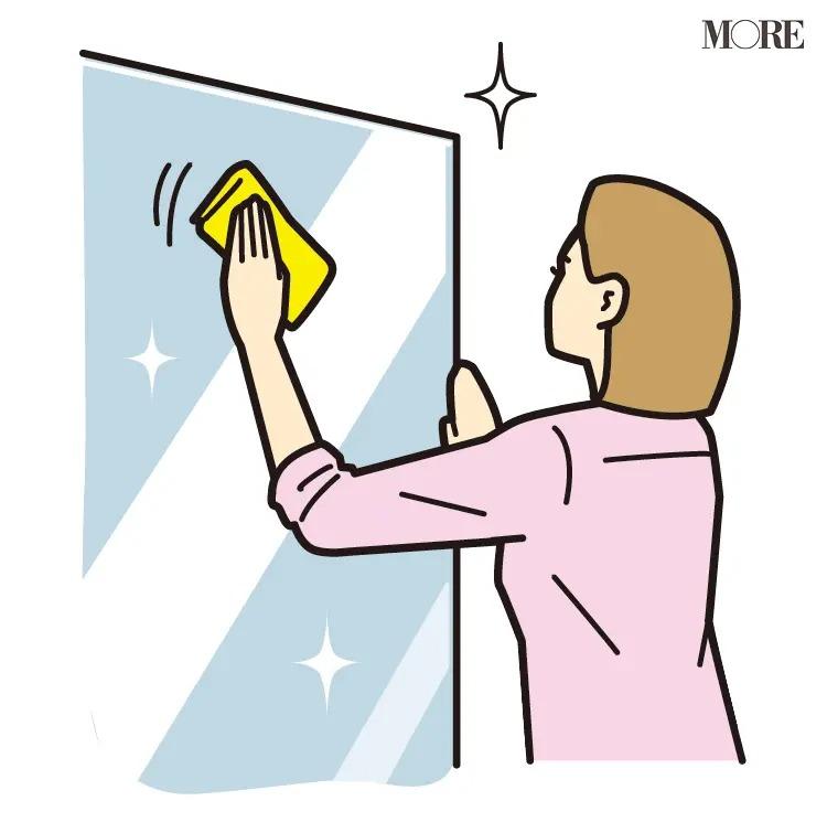 風水の開運掃除法で鏡を拭く女性