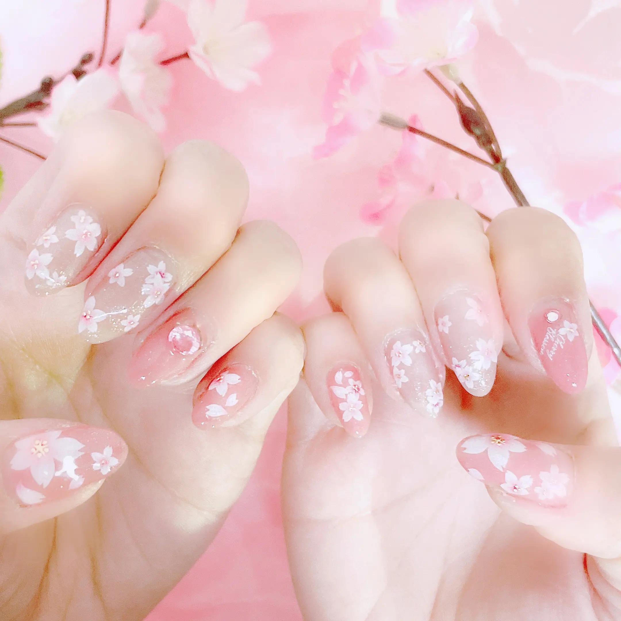 桜のネイルシールでネイルアート
