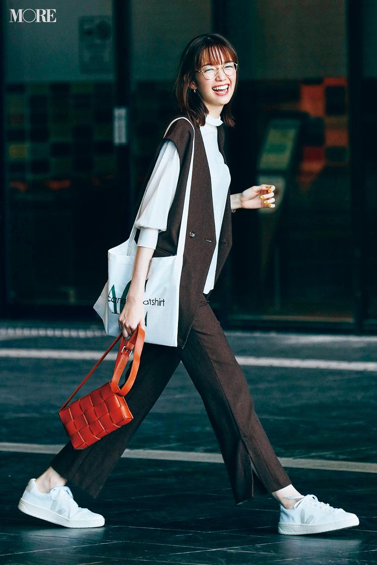 【今日のコーデ】ジレとパンツのセットアップに白スニーカーを合わせた佐藤栞里