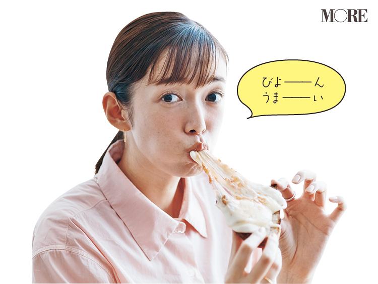 佐藤栞里が長野県のおすすめお取り寄せグルメ「わざわざ」のパンと生ハム・チキンハム・チーズのセットを食べている様子