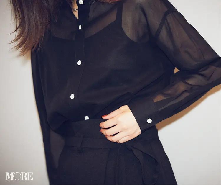 2020秋コーデにおすすめの黒のシアーシャツと黒のスカート