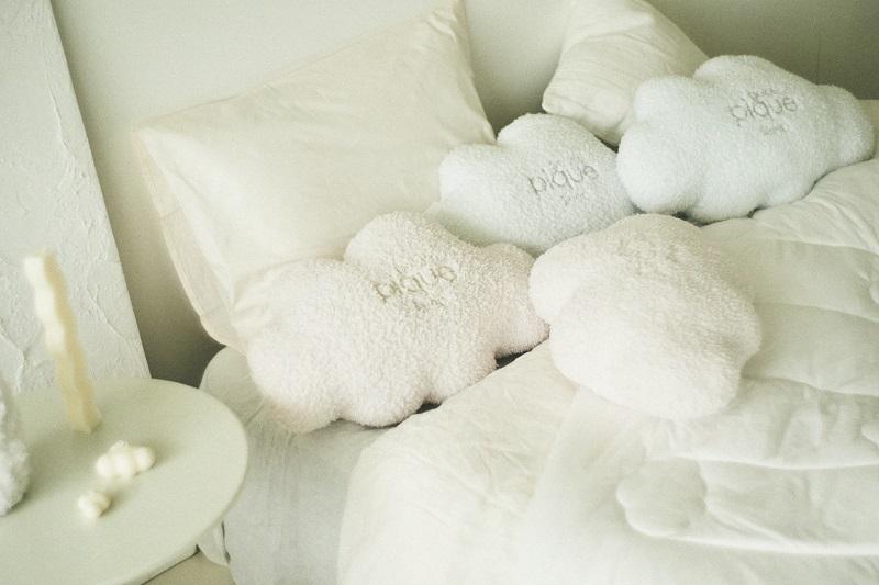 『ジェラート ピケ』の寝具ライン「gelato pique sleep」。「雲クッション」がベッドに並んでいる様子