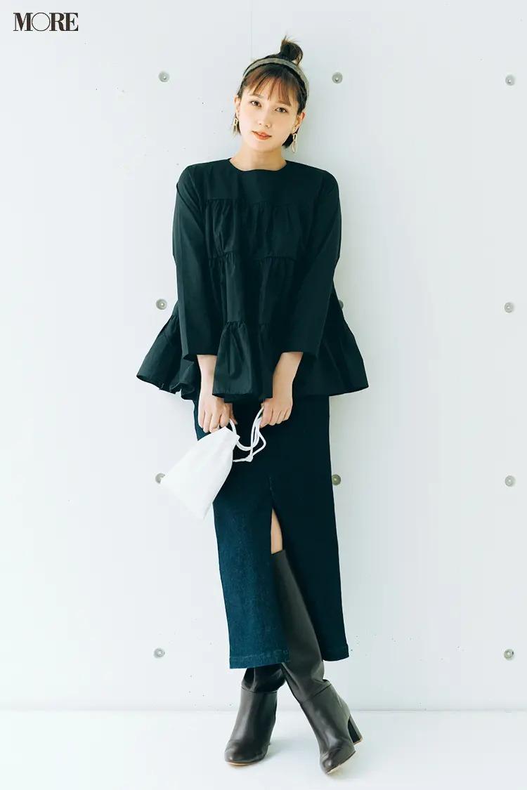 黒のティアードブラウスとタイトスカートとロングブーツのコーデ