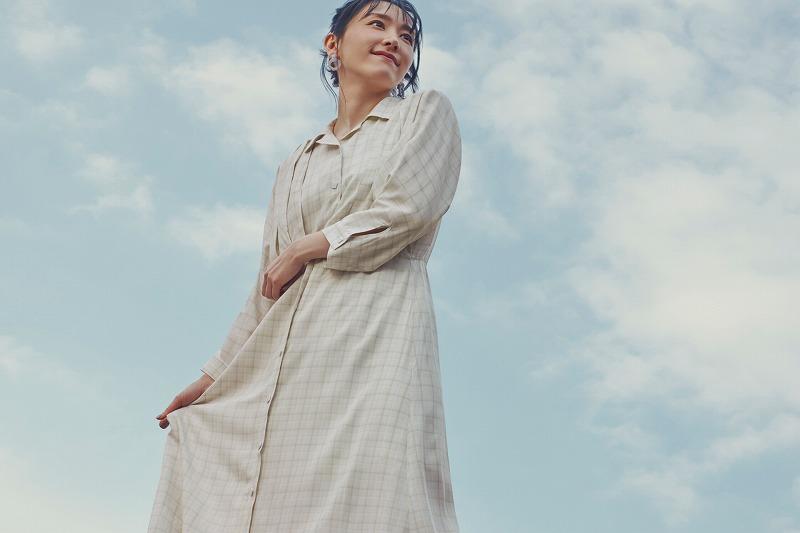 『H&M』の「LET'S CHANGE」キャンペーンコレクションのワンピースを着用する新垣結衣の画像