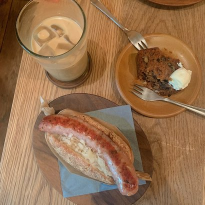 ホットドッグとケーキの写真