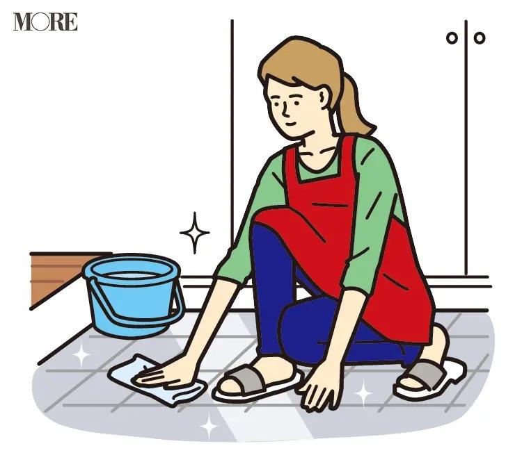 風水の開運掃除法で玄関の床を水拭きする女性