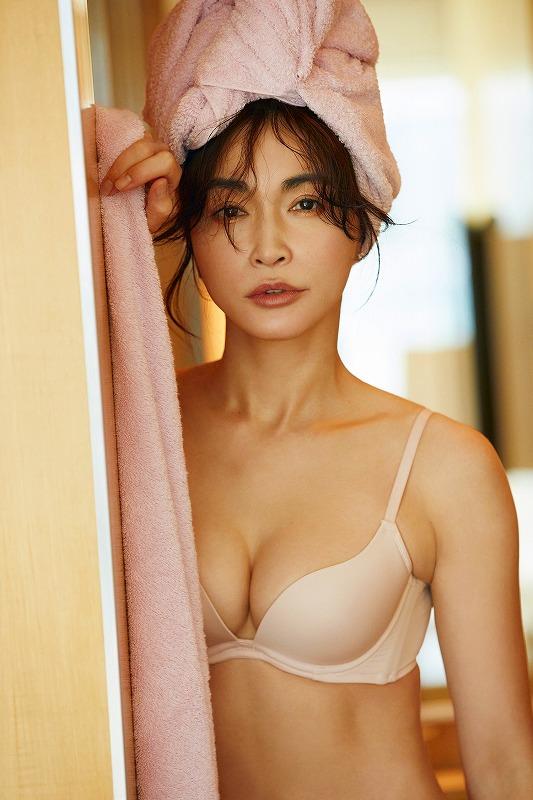 『ESS by』のランジェリーを身にまとった長谷川京子の画像