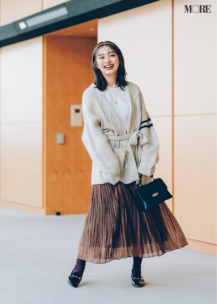 可愛いスカートコーデをレディに見せるワンハンドルバッグ