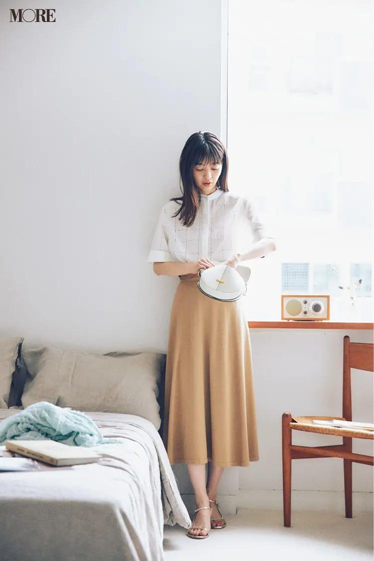 【おしゃれなレディースシャツコーデ】透け感のある甘いシャツとフレアスカートで女性らしく