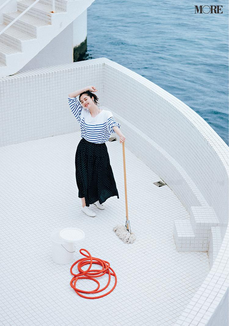 ボーダートップス×ドット柄スカートでプールを掃除する新川優愛