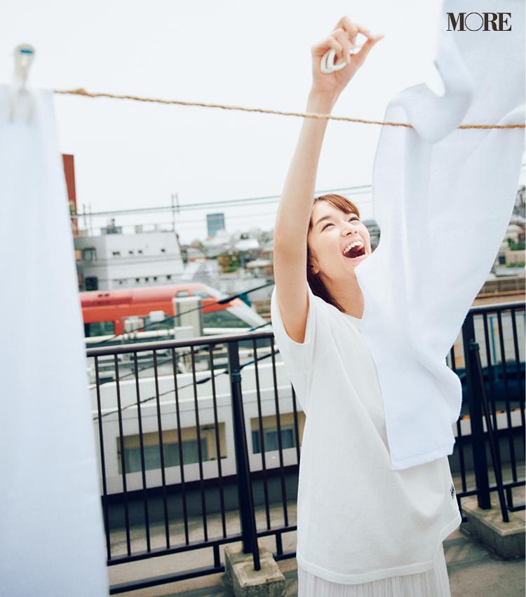 白Tシャツ×白プリーツスカートコーデの佐藤栞里