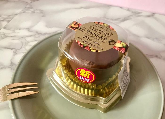 【コンビニスイーツ新作 実食レポ】『ファミリーマート』と『ケンズカフェ東京』コラボスイーツ。 「ザッハトルテ」を横から撮影した写真