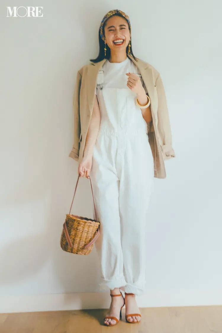 【サロペットコーデ】白Tシャツ×肩がけジャケットの夏カジュアル