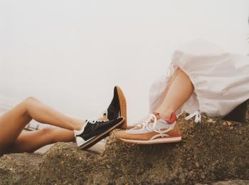 『ロエベ』の人気スニーカー「フローランナー」新作で、夏の足もとを更新!