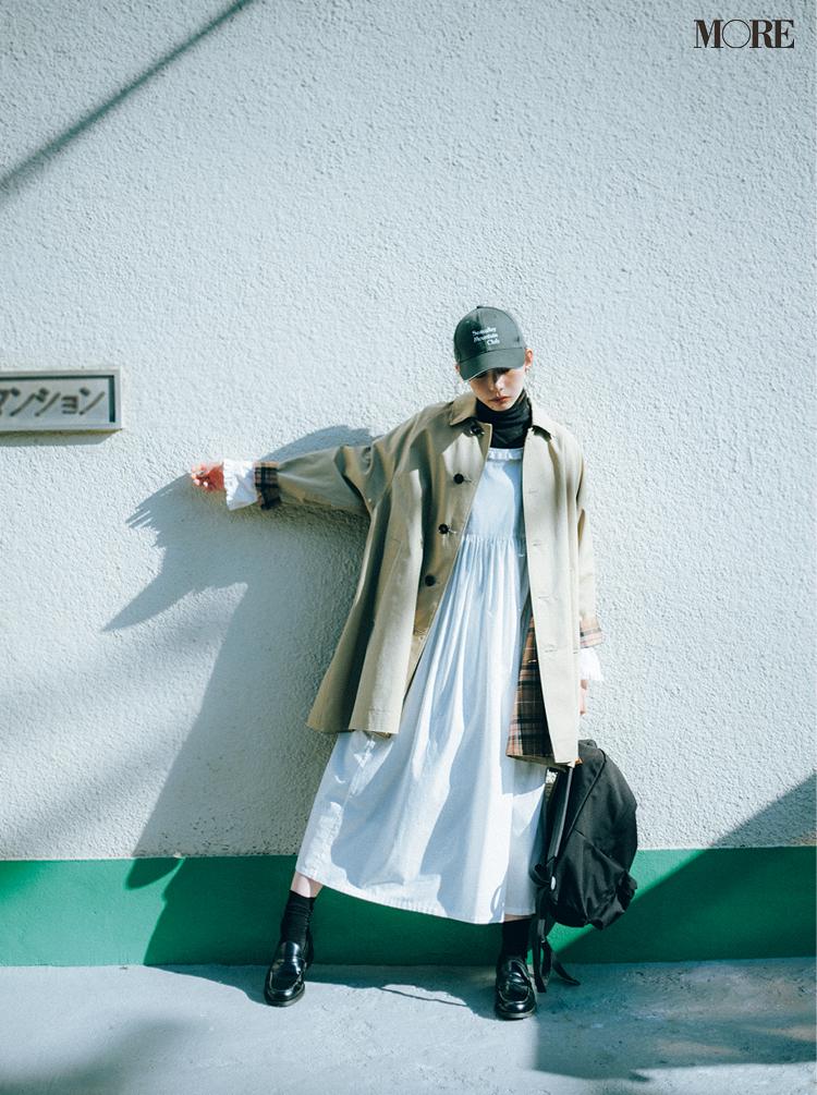ワンピースにステンカラーコートをはおり、ローファーをはいた井桁弘恵