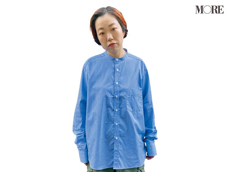 バンドカラーシャツだけを着た高野麻子さん