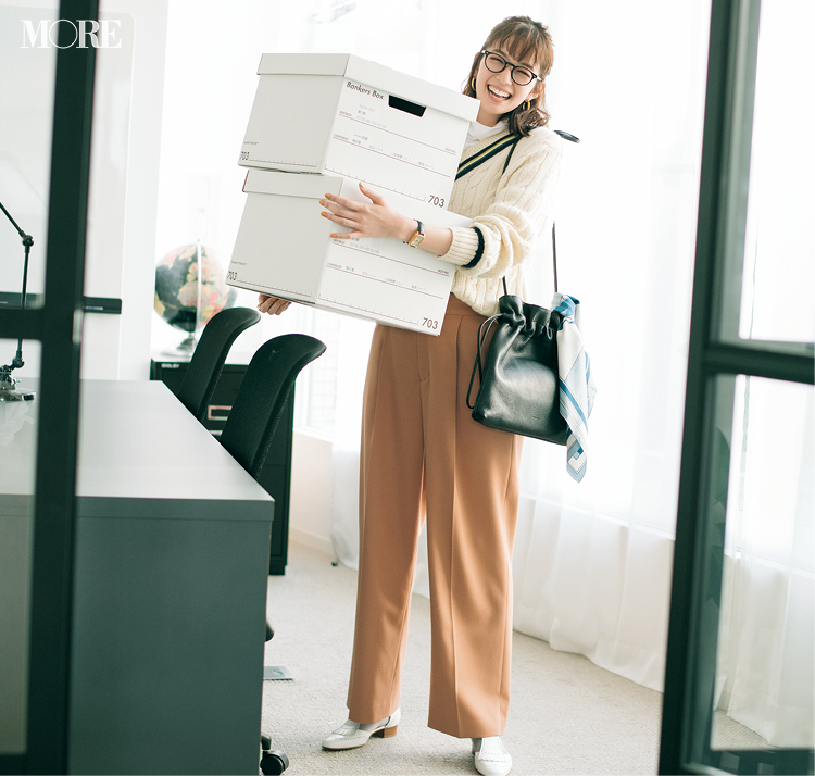 メガネコーデでパンツスタイルの佐藤栞里